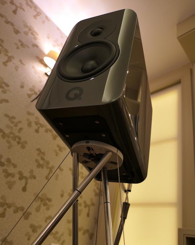 Q Acoustics Concept 300 detail tripode